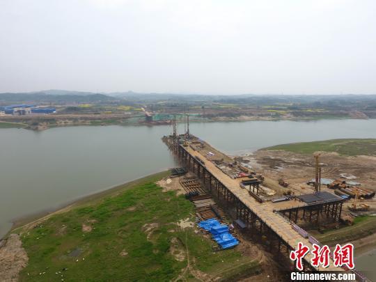 图为,正在紧张有序建设的全线重点控制性工程一一巴河特大桥 王春河 摄