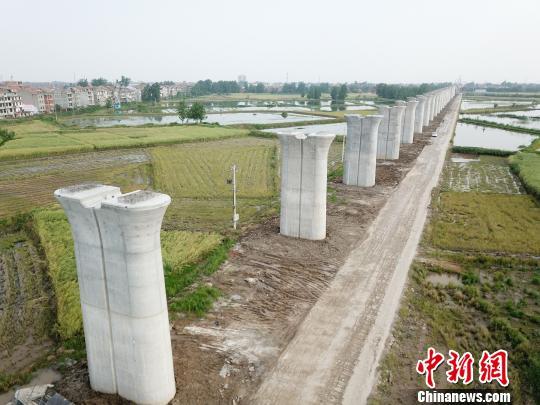 图为,完成下部结构的安九高铁湖北段长江引桥 李庆华 摄
