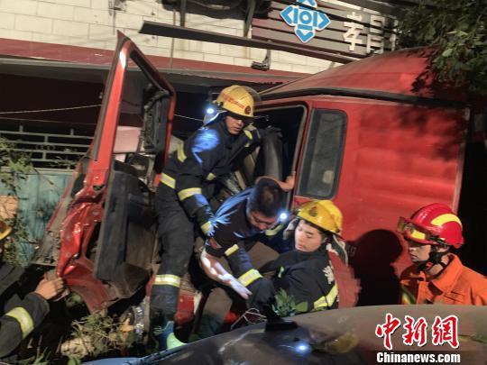 消防员成功营救出被困人员。孝感消防供图