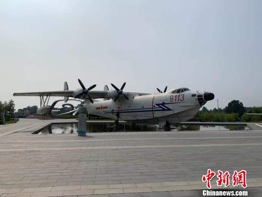 图为极客公园里展出的退役飞机 武一力 摄