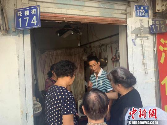 图为街坊们来胡祥兴自造铜货作坊买铜器 武一力 摄