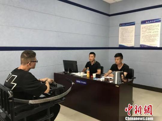 图为十堰东岳警方将犯罪嫌疑人抓获 十堰市公安局东岳分局供图