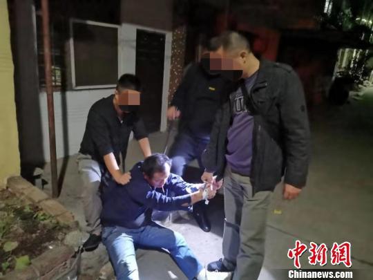 图为民警将毒贩抓获 公安县公安局供图
