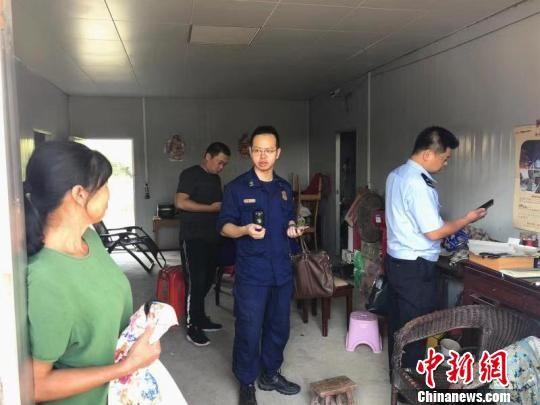 图为消防、公安等部门正在对厂房进行检查。鄂州消防供图