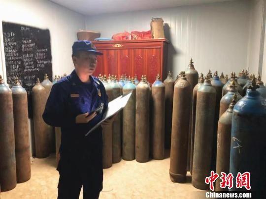 图为湖北鄂州一厂房非法储存30余瓶危险品。鄂州消防供图