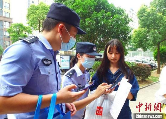资料图:公安局民警在社区开展反诈宣传。 湖北省公安厅供图
