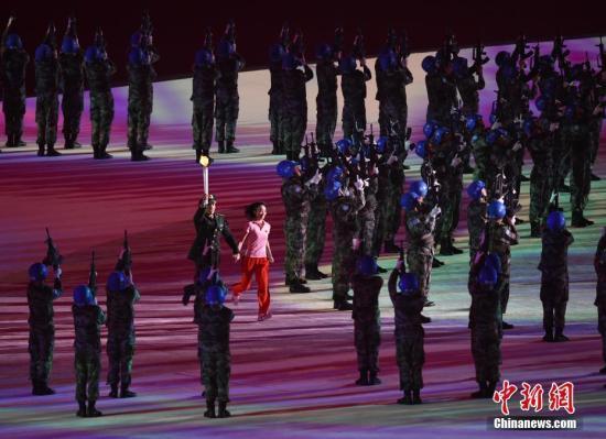 资料图:10月18日,第七届世界军人运动会开幕式在武汉体育中心举行。图为演员在开幕式上表演。中新社记者 侯宇 摄