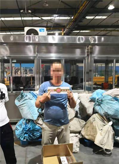 嫌疑人现场指认非法邮寄的香烟 通讯员 杨娇 摄