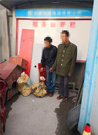 嫌疑人指认 通讯员 姜兰 摄