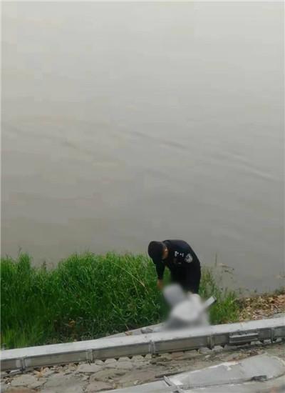 民警将梦梦拉回岸边 通讯员 李丹 摄