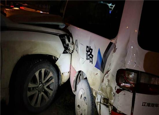 尹某驾车逃离时撞上执法车辆