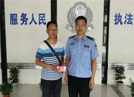 赵女士的丈夫领回被骗钱款并对民警表示感谢 通讯员 刘俊云 摄