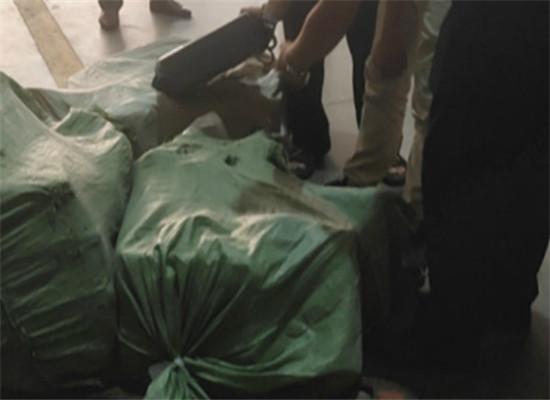 警方查获并扣押欲发往国外的30件货物 通讯员 杨娇 摄