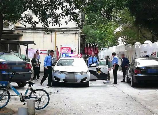 民警将传销人员带回派出所调查 通讯员 姜兰 摄