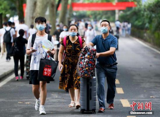 资料图:9月11日,武汉大学迎来2020级本科新生。中新社记者 张畅 摄