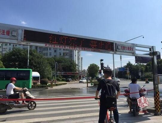 """武汉街头,自动拉绳系统,""""红灯亮了,禁止通行,在等候区等待。"""""""
