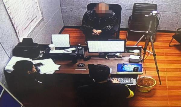 民警正在对袁某进行调查。 武汉铁路公安处供图