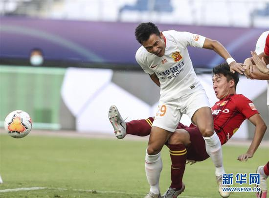 8月21日,武汉卓尔队球员张成林(左)与河北华夏幸福队球员任航在比赛中拼抢。 当日,在2020赛季中国足球协会超级联赛第一阶段(苏州赛区)第六轮比赛中,武汉卓尔队以1比3负于河北华夏幸福队。 新华社记者杨磊摄