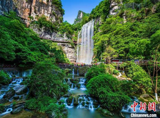 """""""五一""""假期,游客在三峡大瀑布游玩 湖北省文旅厅供图"""