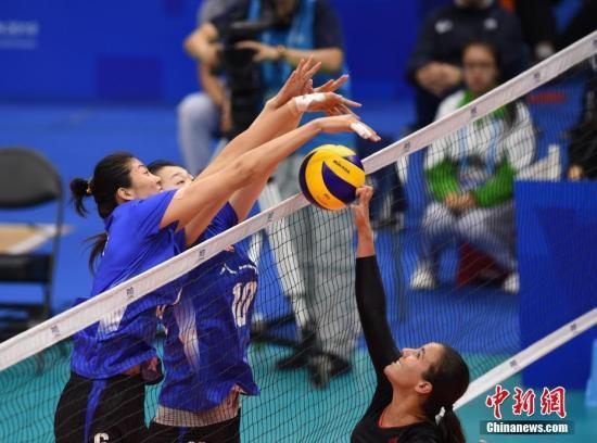 图为中国队(蓝)在比赛中拦防加拿大队进攻。中新社记者 侯宇 摄