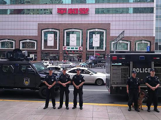 特警队员在五一商圈值守