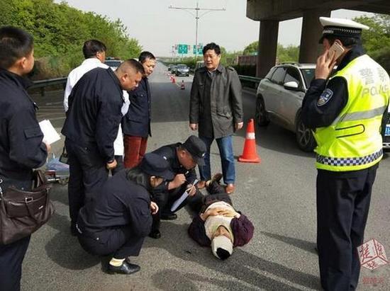 原标题:突发丨汉鄂高速上90后男子突然跳桥,落入桥下行车道,所幸。。。