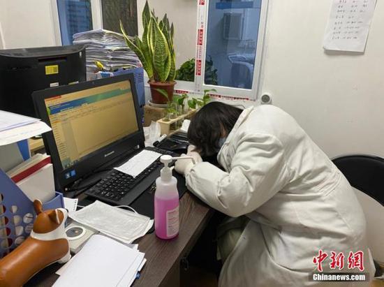 资料图为武汉大学人民医院的医护人员。中新社发 任宣 摄