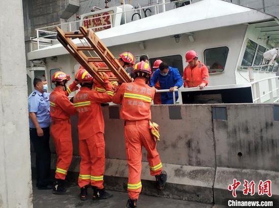 消防人员利用拉梯在船闸护堤与船体间搭建救援通道 张小永 摄