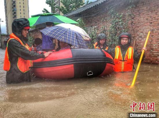 随州遭遇强降雨,消防转移受困人员。随州消防供图