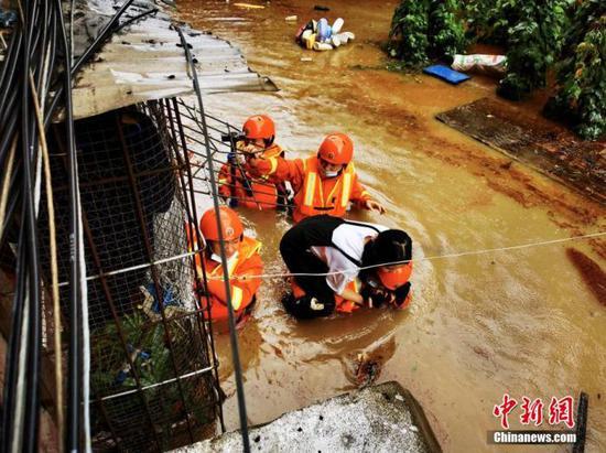 资料图:湖北宜昌强降雨致城市内涝消防人员逐户排查被困人员。宜昌消防 供图