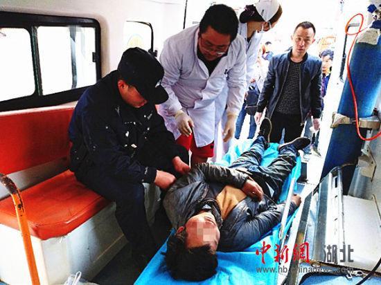 将男子送往医院抢救