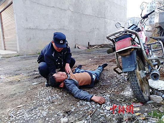 民警救助醉酒男子