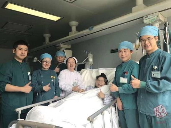 武汉男护士为患者唱歌跳舞 女孩昏迷数月后奇迹苏醒图片