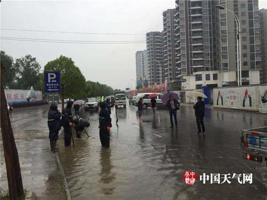 今天白天,襄阳短时强降雨造成部分路段积水。(汪玲丽 摄)