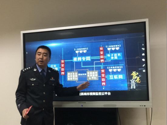 """宜昌市公安局民警杨世佳正在介绍""""雪亮工程"""""""
