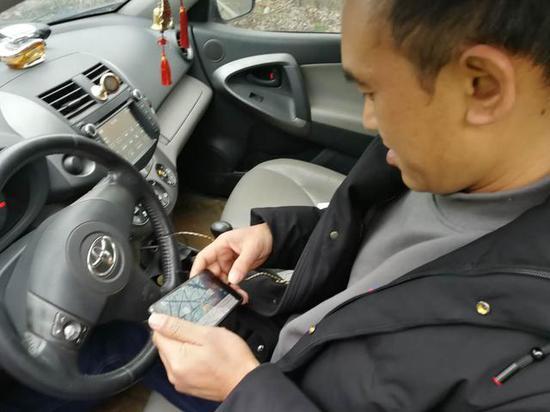 民警靠近阮某车辆发现他在玩斗地主 通?#23545;?#21016;雯供图