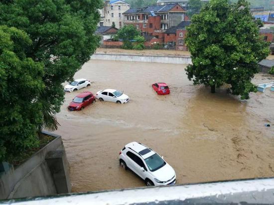 被洪水冲走的小汽车