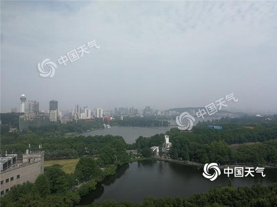 今天早上,武汉天空云系增多。
