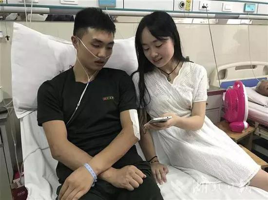 ▲尹文杰女友从重庆赶到医院陪护