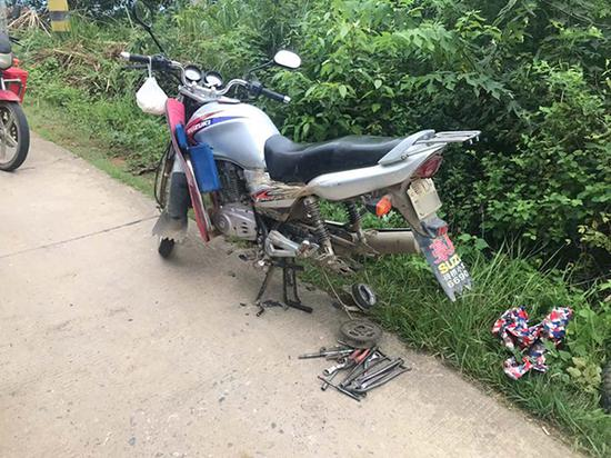 民警拆掉摩托车后轮将女孩的腿弄出来。松滋警方供图