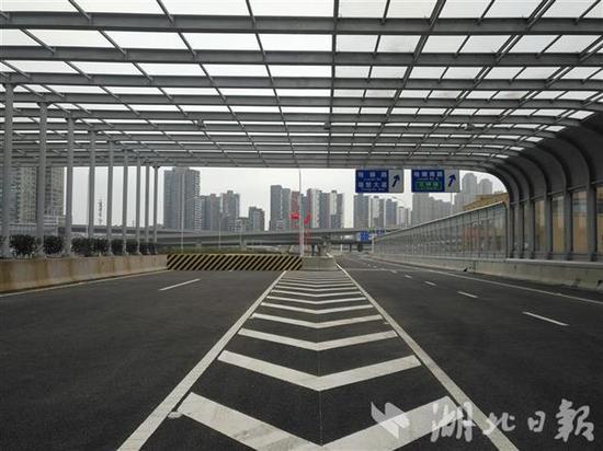 杨泗港快速通道青菱段高架桥上声屏障。