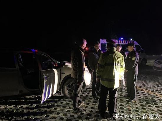 两地警方紧急搜救找到轻生者。 楚天都市报 图