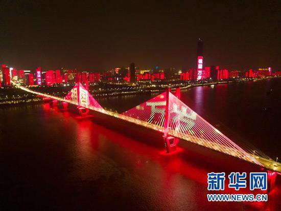 这是9月30日无人机拍摄的武汉长江两岸的灯光秀。新华社记者 熊琦摄