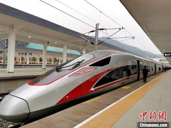 汉十高铁首发车抵达十堰 胡传林 摄