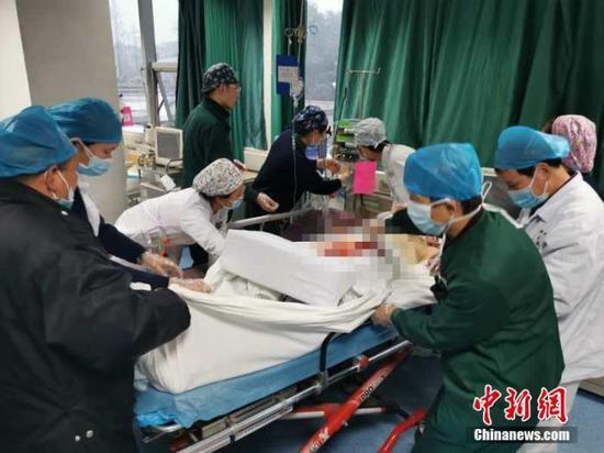 图为武汉大学人民医院的医护人员。中新社发 任宣 摄