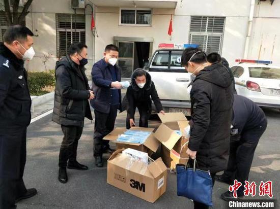 图为警方收缴的假劣口罩 湖北省公安厅供图