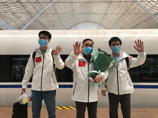 张伯礼院士(中)在武汉站,准备回天津
