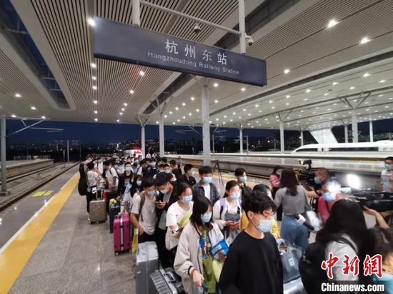 首趟跨省复学定制列车抵达杭州。 吴崇远 摄