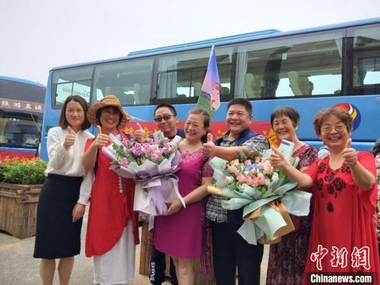 图为,河南游客点赞武汉旅游 徐金波 摄