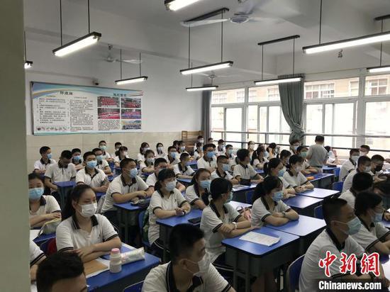 学生佩戴口罩返校复课 张芹 摄